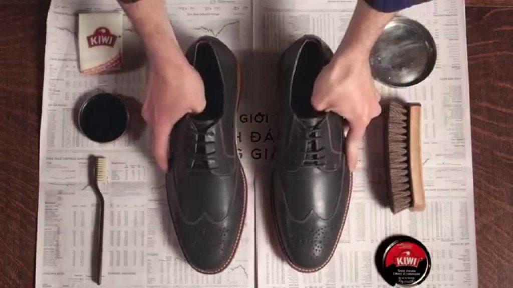 Có nên dùng xi đánh giày để bảo quản giày da nam ?