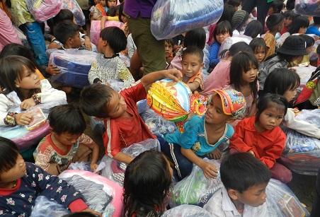 Chương trình Sát cánh cùng gia đình Việt trao quà trung thu 2017