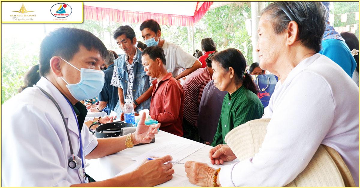 Công ty TNHH Ngọc Tiến Thành & công ty CP Rich Real Holdings Kết Hợp Bộ CHQS tỉnh Bình Dương tặng quà, khám bệnh miễn phí cho người dân Định An