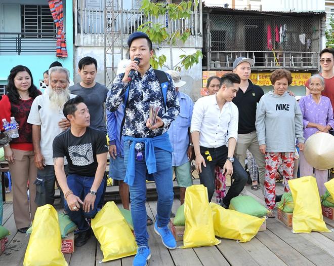 Việt Trinh, Quách Tuấn Du phát quà Tết cho người nghèo
