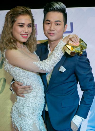 Quách Tuấn Du hôn bạn gái trong tiệc sinh nhật