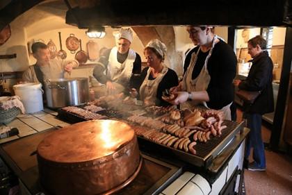 Nhà hàng xúc xích gần 900 tuổi vẫn hút khách ở Đức