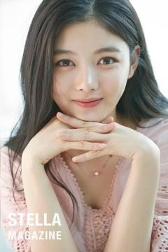 Đôi mắt sáng, tự nhiên, nụ cười ngây thơ là những ưu điểm khán giả ấn tượng với Kim Yoo Jung. Bộ ảnh