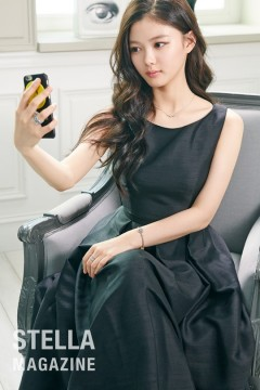 Nữ diễn viên tuổi teen trông trưởng thành hơn trong bộ đầm đen, mái tóc dài uốn nhẹ.