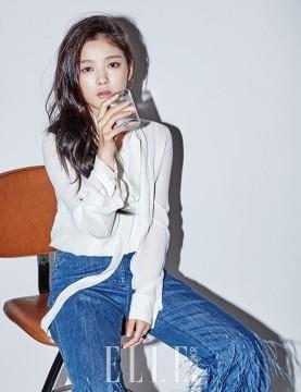 Ngoài Stella, Kim Yoo Jung còn bộ ảnh trên tạp chí Elle Hàn Quốc với phong cách trầm lắng.