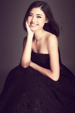 Đào Thị Hà quyến rũ trong trang phục tối màu