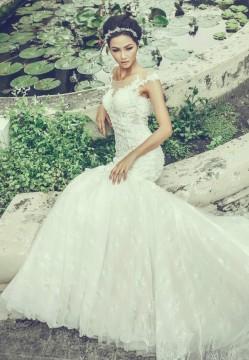 Người mẫu dân tộc Ê-Đê diện đầm cưới sắc trắng đỏ