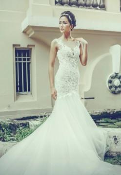 Trong bộ ảnh mới, người mẫu thể hiện thiết kế váy cưới gam trắng, kết ren và voan mỏng.
