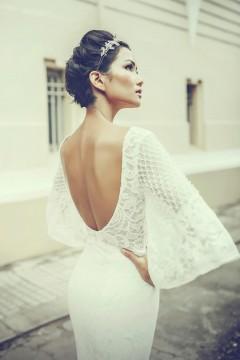 Thiết kế váy cưới sử dụng chất liệu ren cao cấp, cùng đường cắt cúp gợi cảm ở lưng áo.