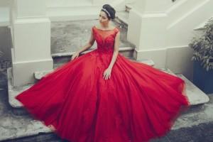 Thiết kế gam đỏ được tạo kiểu theo phong cách công chúa với phần váy bồng xòe.