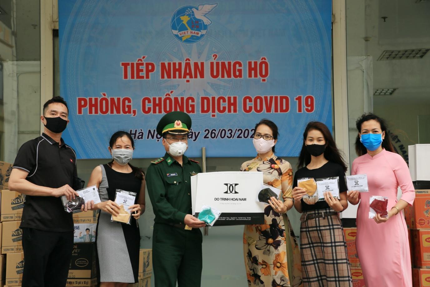 Hơn 60 nghìn khẩu trang dành tặng Hà Nội chống dịch từ nhiều NTK Áo dài