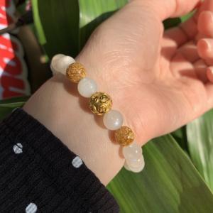 Vòng tay đá mặt trăng mix charm kim tiền vàng 24k