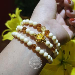 vòng tay ngà voi kết hợp hổ phách ong vip charm  hoa sen vàng 24k