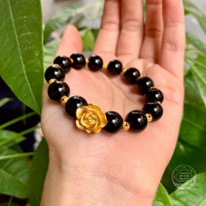 Vòng đá đen tektit mix charm hoa hồng + bi sao bạc mạ vàng 24k