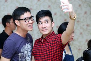 Quang Hà nhí nhảnh trong tiệc sinh nhật MC Anh Quân