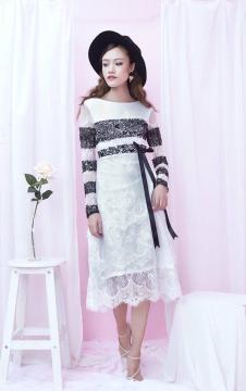 Đầm trắng sọc ngang đen ren