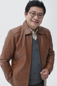 Diễn viên Hoàng Khái lịch lãm trong mẫu áo da Trung niên