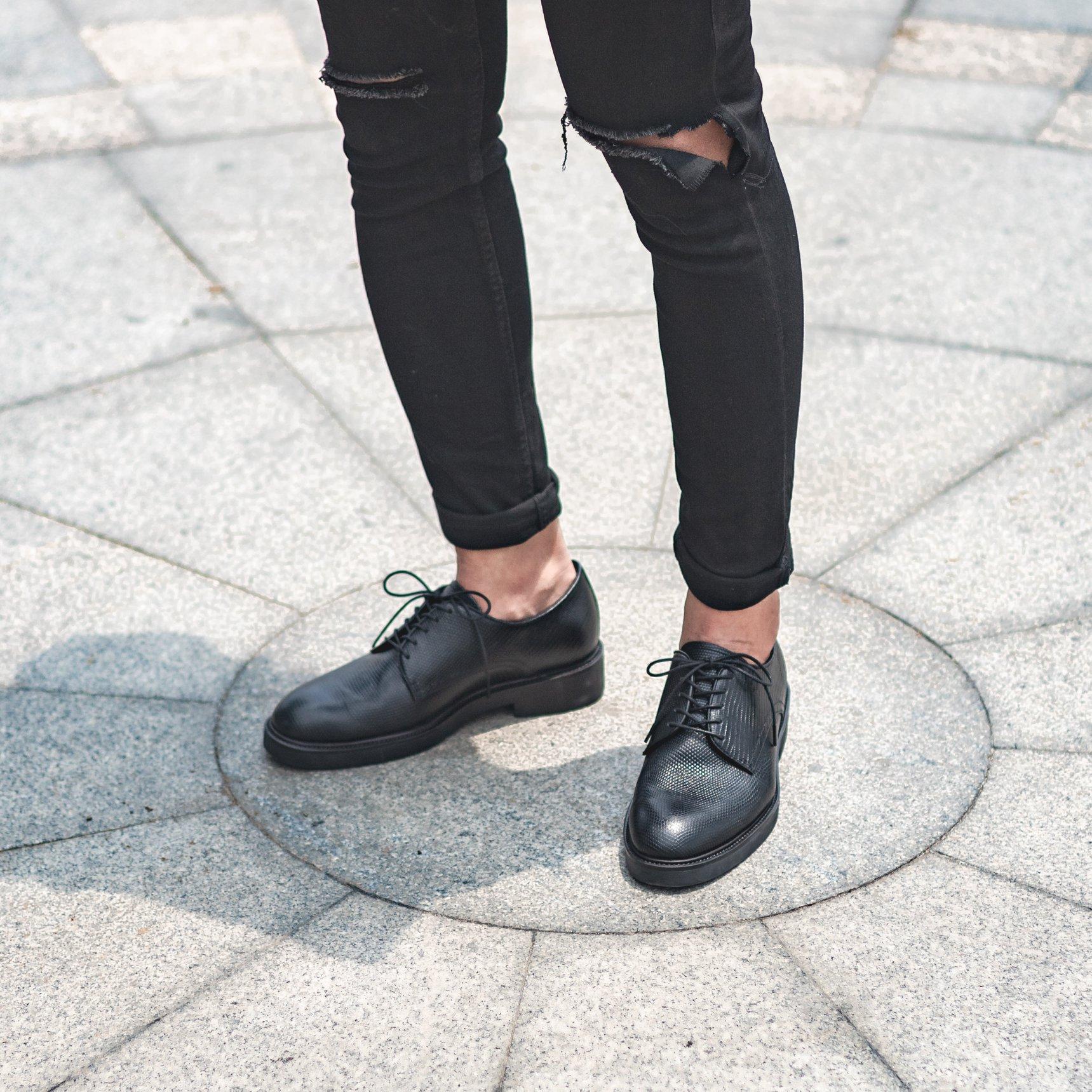 Nên mua giày Oxford hay Derby