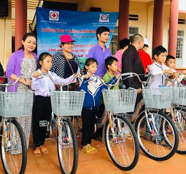 Trao tặng quà cho trẻ em nghèo tại Đắk Lắk và Đắk Nông