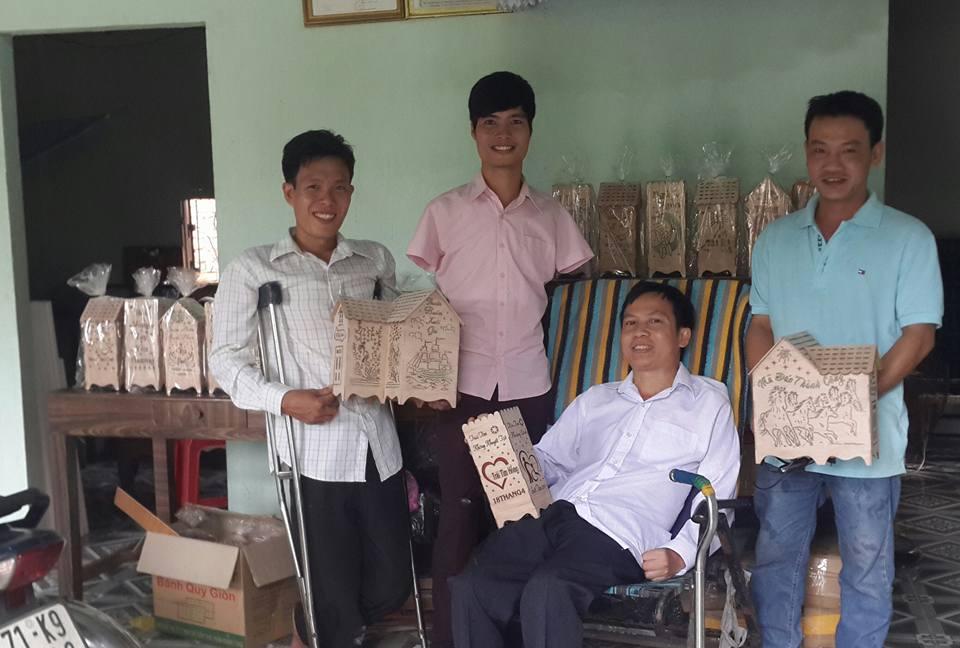 Giám đốc VinaRises Nguyễn Minh Phú đến thăm Cơ sở sản xuất Đèn gỗ Trái Tim Hồng