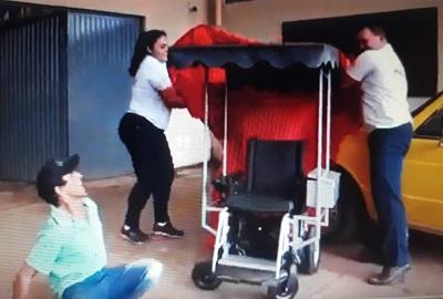 Niềm vui sướng khi anh ấy được nhận xe lăn
