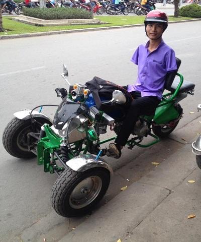 Nguyễn Minh Phú chạy xe bằng 2 chân
