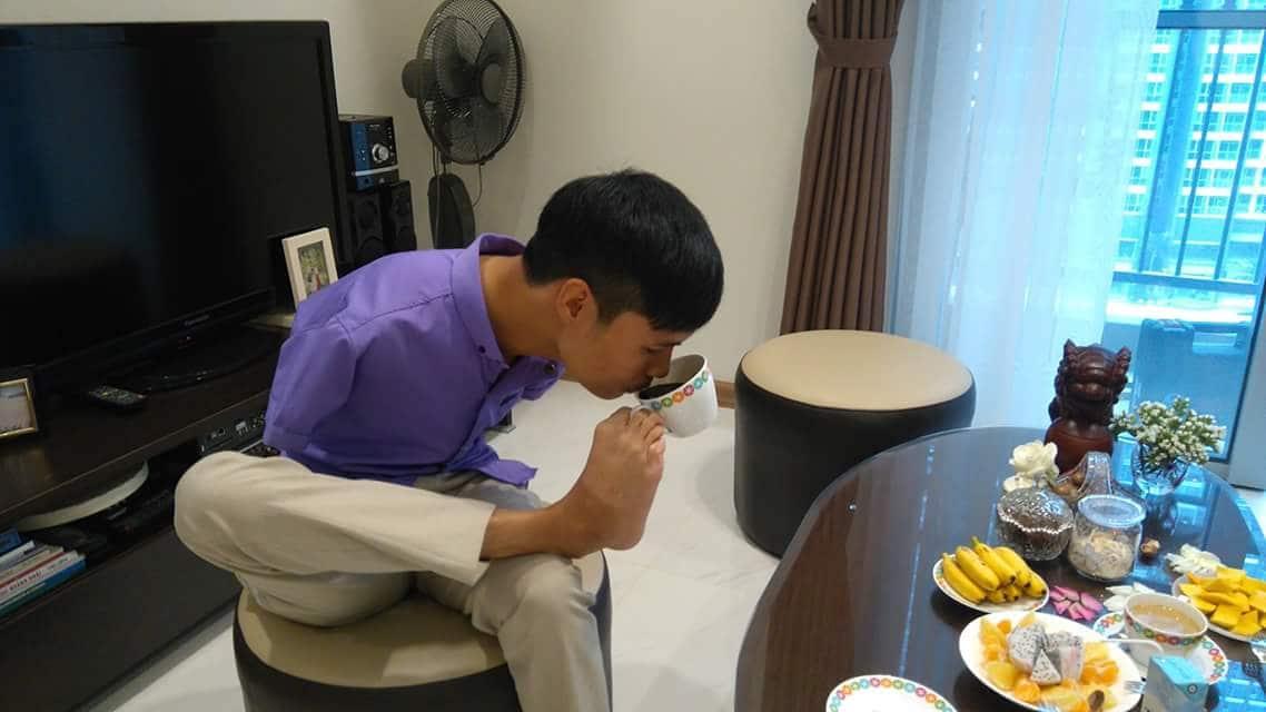 Chàng trai đầy nghị lực Nguyễn Minh Phú làm mọi việc bằng đôi chân